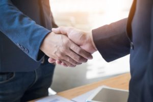 deux-hommes-affaires-confiants-se-serrant-main-lors-reunion-au-bureau-succes-traitement-salut-concept-partenaire_1423-185