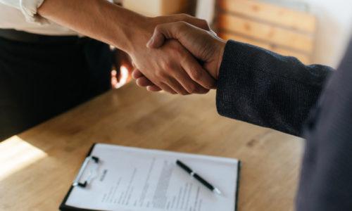 partenariat-poignee-main-deux-hommes-affaires-apres-signature-du-contrat-travail-au-bureau-salle-reunion_33829-185